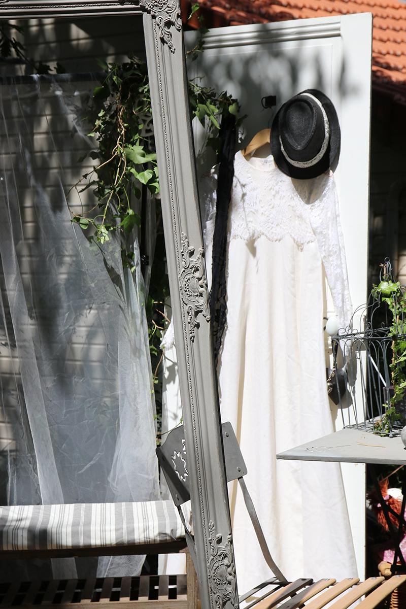 Le photobooth Vous voulez une animation originale pour votre mariage ? Le Photobooth ou photomaton est une animation photo pour vous et vos convives. Votre mariage est unique, votre photobooth mariage le sera aussi. Chaque décoration est personnalisable, en fonction du thème du mariage, du lieu de réception, des couleurs et du style que vous voulez. (Champêtre, bohème, chic, shabby, vintage, tropical, exotique…) Des déguisements, des chapeaux, perruques, moustaches et autres accessoires seront à la disposition de vos invités pour laisser cour à leur imagination, revêtir leur âme d'acteur et laisser des souvenirs inoubliables. Devant l'objectif les plus timides se lâcheront. Vos invités pourront s'amuser, prendre la pose, en solo, en couple, en famille ou en groupe d'amis. Pendant le vin d'honneur, le cocktail, le lieu de réception, l'animation de soirée, un photobooth peut s'organiser à chaque moment de votre mariage pour des photos originales, délirantes et fun. Pour un mariage réussi et animés, pensez au photobooth. Les prises de vues seront réalisées par un photographe professionnel garantissant ainsi des photos de qualité. Une fois traitées, les photos seront visibles via une galerie en ligne, avec un accès privé et sécurisé. (Les commandes seront possibles depuis le site en fonction des options choisies) Le photobooth permet de prendre des photos et animer vos événements : une fête d'anniversaire, des fiançailles, fête de mariage, une soirée privée, un séminaire, enterrement de vie de jeune fille ou garçon, événement professionnel, soirée d'entreprise ou autres événementielles. Vous avez un projet ? Demandez un devis personnalisé.